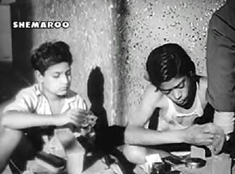 Lalu Ustad gives Kanhaiya the idea of becoming a shoeshine boy