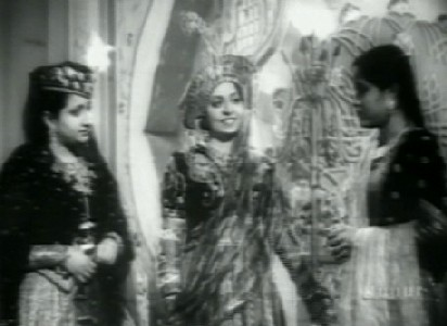 Mumtaz accepts Ruhi and tries to get Jaan Fiza to accept her too