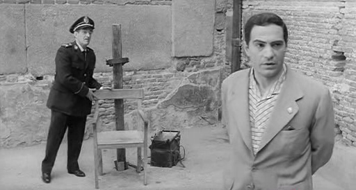 Nino Manfredi in and as the executioner