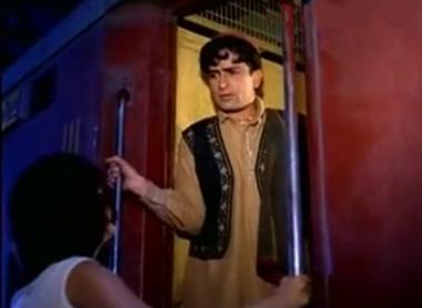 Shashi Kapoor and Nanda in the end scene from Jab jab phool khile