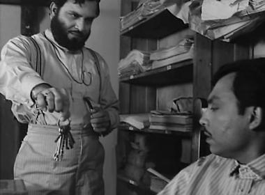 Bhupati hands over the keys of the safe to Umapada