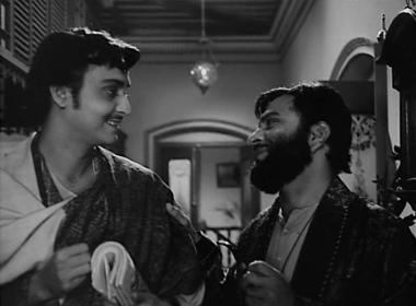 Bhupati asks Amal to guide Charu in her writing
