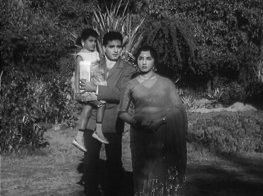 Raju runs into Radha and Honey at the park...