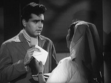 Kanta's colleague hands him a note from Kanta