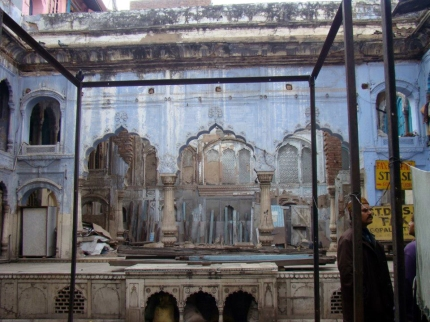 The stone grills flanking the central arched platform lead into the tehkhaana, at Delhi's Haveli Khazanchi.