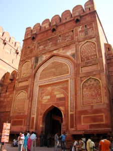 Kanguras (battlements) atop the main gate of the Agra Fort.