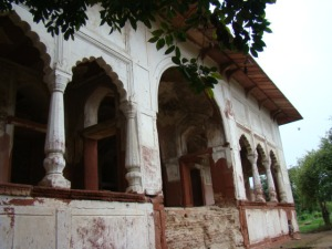 The main dalaan (pavilion) on the topmost level at Shalimar Bagh.