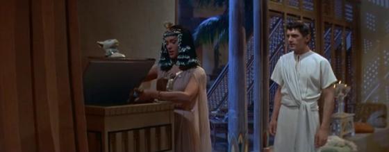 Sinuhe gives up Pharaoh's necklace to Nefer