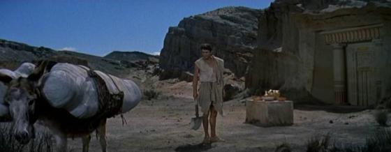 Sinuhe takes his parents' mummies into the desert to bury