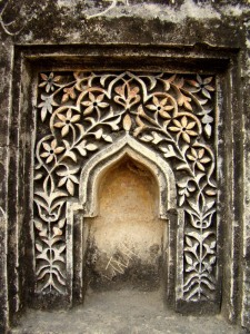 A decorated niche in the yard enclosing the tomb.