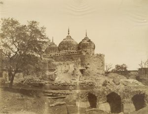 The 'Khoodsia Baug Musjeed', photographed by John Murray in 1858. (photo from Wikipedia)