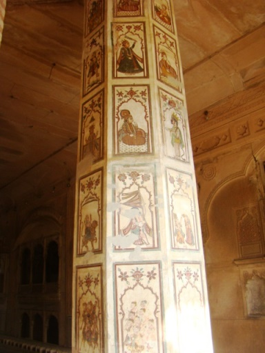 Deeg Palaces, Nand Bhawan: A painted pillar.
