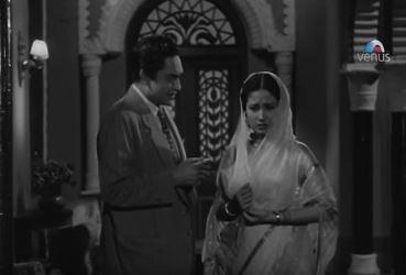 Meena Kumari and Ashok Kumar in Ek Hi Raasta