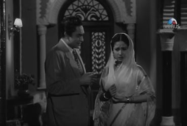Meena Kumari and Ashok Kumar in Ek Hi Raasta